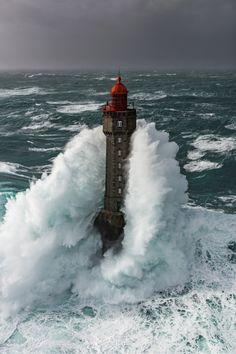 Fils de marin pêcheur finistérien, Ronan Follic, s'il n'a pas poursuivi le métier, c'est au contact de la mer qu'il a décidé de réaliser des images traduisant un « finis terrae » où l'homme côtoie souvent l'extrême. Regardez ses images comme on part en voyage.