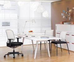 Kantoor ingericht met Vitra Joyn gecombineerd met Meda Pal bureaustoel en Meda Slim bezoekersstoelen.