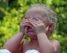 A hiszti kezelése: 3 megoldás | Felelős Szülők Iskolája Holding Hands, Kids, Baby, Photography, Sweet, Creative, Young Children, Candy, Boys