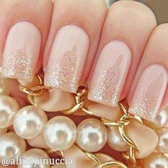 Uñas en rosa palo decoradas con brillos dorados en las puntas - Uñas Pasión
