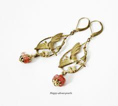 Traumhaft zart und wirkungsvoll sind diese nostalgischen Ohrhänger mit Vogel Motiv und wunderschönen tschechischen Glasblüten. Altgold kombiniert m...