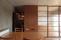 <p>木製のガラス引き戸は、板壁部分に格納できる造り。引き戸で部屋のつながりを自由自在に操作する。便利そうです。</p>