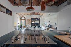 Salón y cocina / Salón con bóveda catalana / Una casa que usa espejos para multiplicar sus espacios #hogarhabitissimo #modernista #rustic