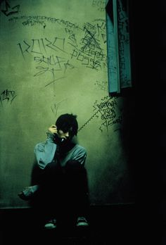 Requiem for a Dream directed by Darren Aronofsky, starring Ellen Burstyn, Jared Leto, Jennifer Connelly, and Marlon Wayans. Cinematic Photography, Dark Photography, Jared Leto, Requiem For A Dream, Movie Shots, Film Inspiration, Film Aesthetic, Film Stills, Series Movies
