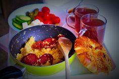 Suçuklu yumurta mit Börek und Zitronentee