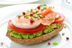 Sendvič s údeným lososom, avokádom, paradajkou a vajíčkom