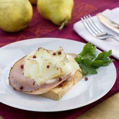 Backofen auf 200°C Ober-/Unterhitze vorheizen. Birnen schälen und entkernen bzw. abtropfen lassen. Birnen in schmale Spalten schneiden.Brot im...