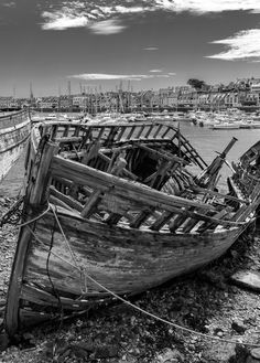Altes Wrack in Camaret-sur-Mer Outdoor Furniture, Outdoor Decor, Opera House, The Past, Journey, Building, Photography, Travel, Brittany