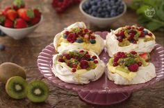 Le mini pavlove sono la versione monoporzione del famoso dolce australiano pavlova. nidi di meringa morbida avvolge una crema dolce e frutti di bosco.