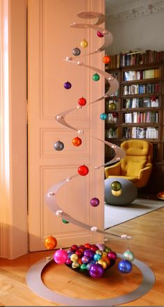 Und das ist unser Christbaum - nadelt nicht und trägt stilvoll die Weihnachtskugeln aus dem MoMA