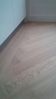 brede eikenhouten visgraat met sluitband Timber Flooring, Vinyl Flooring, Living Room Flooring, Kitchen Flooring, Interior Design Living Room, Interior Decorating, Wood Floor Design, Painted Floors, Flooring Options