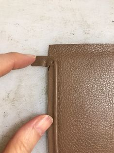 Leather Bag Design, Leather Bag Pattern, Leather Art, Leather Diy Crafts, Leather Projects, Pochette Diy, Craft Bags, Leather Working, Bag Making