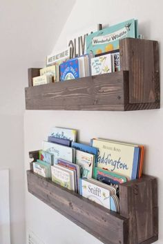 See how Caitlin from The Picket Fence Projects whipped up these rustic bookshelves wood projects projects diy projects for beginners projects ideas projects plans Rustic Bookshelf, Bookshelf Ideas, Cheap Bookshelves, Pallet Bookshelves, Bookshelf Design, Simple Bookshelf, Nursery Bookshelf, Wall Bookshelves Kids, Hanging Bookshelves