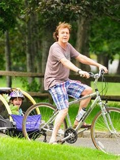 2009 What a lovely sight to see Sir Paul McCartney taking Daughter Beatrice for a bicycle ride in the Hamptons Paul Mccartney, Burley Trailer, Sir Paul, Bike Rider, Bike Style, John Lennon, Brad Pitt, The Beatles, Beatles Photos