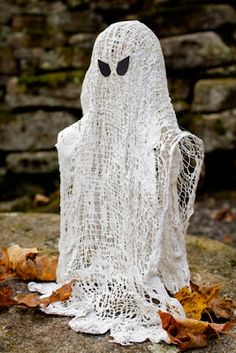 Cheese Cloth Wispy Ghost by ashbeedesign  http://www.ashbeedesign.com/2011/10/wispy-ghosts-diy-halloween-decoration.html?spref=pi