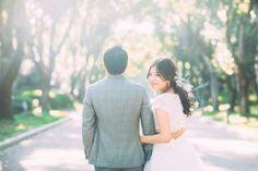 京都府立植物園で森をメインにした結婚式の前撮りを実際の新郎新婦のお写真を交えてカメラマンがご紹介。緑溢れる光の綺麗な京都で、定番の祇園和装ではなくオシャレして洋装のタキシードとドレスであえて京都で写真撮影をするのも凄く良いと思います。 Pre Wedding Photoshoot, Wedding Poses, Wedding Shoot, Korean Photography, Concept Photography, Couple Portraits, Couple Posing, Couple Photos, Bride Poses