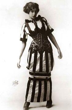 1910 La novità dell'estate: #Hobble #skirt. Fanno la comparsa abiti con una #gonna molto particolare, caratterizzata da una fascia che crea un restringimento sotto le ginocchia. Bella e divertente.