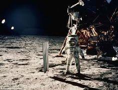 NASA's Apollo 11 moon landing was a risky endeavor for astronauts Neil Armstrong, Buzz Aldrin and Michael Collins. See how NASA handled risk during the Apollo lunar missions. Apollo Space Program, Nasa Space Program, Moon Missions, Apollo Missions, Sistema Solar, John Young, Programa Apollo, Apollo 11 Moon Landing, Moon Surface