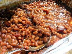 Cheater Baked Beans ~ Super Easy: 2 cans Bush's, cup brown sugar, cup ketchup, 1 small onion, worchestershire and/or liquid smoke to taste - mix all ingredients in baking dish - add bacon - cook 350 uncovered for about an hour--I OMIT THE GARLIC Canned Baked Beans, Easy Baked Beans, Baked Bean Recipes, Beans Recipes, Baked Beans Crock Pot, Bacon Baked Beans, Homemade Baked Beans, Side Dish Recipes, New Recipes