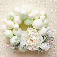 こちらもオーダー頂いた作品 . 以前にDECOのクリスマスレッスンで教わったバラのリースを、爽やかなお色で芍薬に変えて作らせて頂きました♪ . . #decoclaycraftacademy #decoclay #claycraftbydeco #clayflowers #greenandwhite #wreath  #peony #handmade #デコクレイ #クレイ #芍薬 #手作り #白グリーン #リース #ナチュラル #花のある暮らし #習い事 #枚方