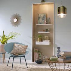 Dans une pièce, il arrive souvent que la niche soit considérée comme un problème car elle nuit à l'aménagement de l'espace, à la disposition des meubles. En vérité, il faut voir la niche comme un atout charme de la pièce. Elle peut accueillir une petite console, des étagères ou quelques cadres. Autrement dit : il faut savoir la mettre en valeur pour en faire un point fort de votre déco !