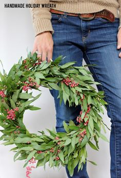 Learn how to make this simple, but gorgeous, handmade holiday bay leaf and berry wreath for the holidays. Diy Christmas Decorations Easy, Christmas Wreaths To Make, Holiday Wreaths, Christmas Crafts, Christmas Ideas, Christmas Tables, Christmas Inspiration, Merry Christmas, Diy Wreath