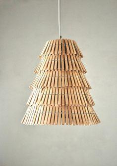 Lámpara clásica de techo hecha con pinzas de madera de ropa viejas - Manualidades Gratis