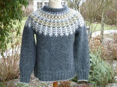 opskrift til islandsk sweater - Google-søgning Knitting Wool, Fair Isle Knitting, Knitting Charts, Hand Knitting, Hand Knitted Sweaters, Wool Sweaters, Icelandic Sweaters, Nordic Sweater, Sweater Design