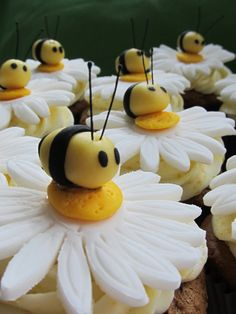 cute daisy cupcakes with bumblebees. Also gives tutorial on how to make bunny butts cute daisy cupcakes with bumblebees. Also gives tutorial on how to make bunny butts Daisy Cupcakes, Cookies Cupcake, Spring Cupcakes, Easter Cupcakes, Cupcake Toppers, Strawberry Cupcakes, Christmas Cupcakes, Cupcakes With Fondant, Bumble Bee Cupcakes