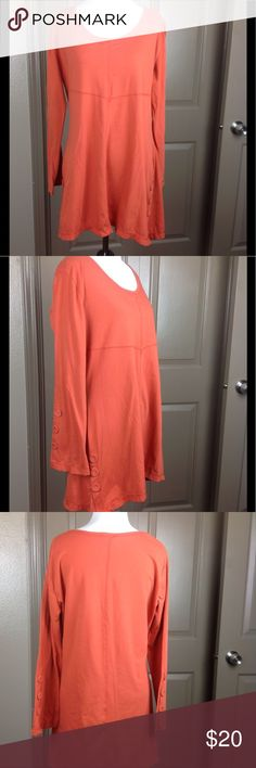 Noelle Tunic Top S/M Burnt Orange Great condition burnt orange with faux button accents 70/30 polyester/cotton 30 1/2 inch length 20 inches across bust Noelle Tops Tunics