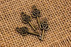 Μεταλλικό Κλειδί Μικρό 0080137  Μεταλλικό κλειδί μικρό, διαστάσεων 22mm.Χρησιμοποιήστε τα για να δημιουργήστε μοναδικές μπομπονιέρες και προσκλητήρια, δώρα και γούρια, στολίστε λαμπάδες, κουτιά βάπτισης και λαδοσέτ. Συνδυάστε τα μεταλλικά στοιχεία με κορδόνια, κορδέλες, δαντέλες και κουμπιά και δώστε στις δημιουργίες σας μια ξεχωριστή, vintage πινελιά.Συσκευασία 50 τεμαχίων.