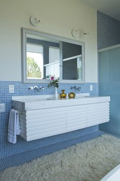 Detalhe do banheiro com pastilhas azuis.  Fotografia: Ricardo Labougle.