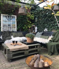 Cozy outdoor space for those cooler Fall days/nights / #outdoor #space #Fall #cozy / Source: https://homedeco.nl/inspiratie/photos/17305/