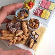 Mini makes me happy :) Miniture Food, Miniture Things, Barbie Food, Doll Food, Miniature Crafts, Miniature Dolls, Polymer Clay Miniatures, Dollhouse Miniatures, Dollhouse Ideas