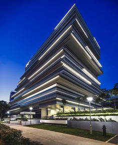 Construído na 2014 na Singapura, SingapuraPERGUNTA DE ABERTURA  Como pode a tipologia genérica do edifíciode escritórios ser transformada para criar um edifício mais distintivo?