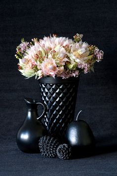 The palest pink blooms in the darkest of vases. Stunning!  ECLECchic: FLECHAZO DEL DIA