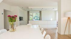 Open woonkeuken met kookeiland, kastenwand een eettafel