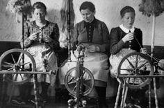 ...und Frauen am Webrad in Kitzbühel in früheren Zeiten.