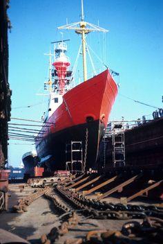 """Feuerschiff """"Norderney I"""" im Dock von Bremerhaven, in Dienst 1906-1981. Aufnahme aus dem Jahr 1975."""