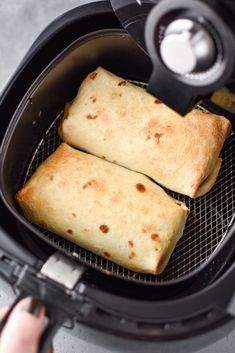 I'm bringing that crispy deep-fried restaurant style meal straight to your kitchen by teaching you How to Make Chimichangas in an Air Fryer! These chimichangas work great for meal prep and are freezer friendly! Air Fryer Oven Recipes, Air Frier Recipes, Air Fryer Dinner Recipes, Deep Fryer Recipes, How To Make Chimichangas, Avocado Toast, Cooks Air Fryer, Low Carb Brasil, Air Fried Food