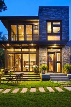 Photo: Una casa con il tetto piatto e con tante belle finestre.