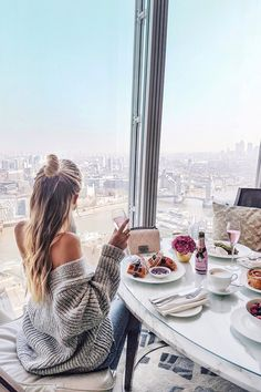 Breakfast with a Tower Bridge view I London http://www.ohhcouture.com/2017/03/monday-update-46/ #leoniehanne #ohhcouture
