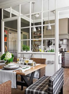 cloisons amovibles appartement- verrière blanche chic entre la cuisine et la salle à manger