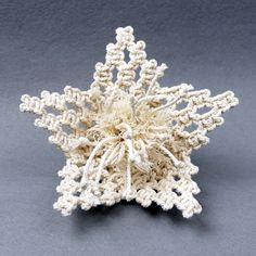 Macrame Thread, Macrame Art, Macrame Projects, Diy Crochet Patterns, Macrame Patterns, Diy Flowers, Crochet Flowers, Macrame Bracelet Tutorial, Hanging Flower Wall