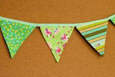 Presentes e Mimos - Bandeirinhas de tecido - Verde Limào -  {Pronta-entrega} - faixa com aproximadamente 1,40 m - 10 bandeirinhas de tecido com fino acabamento - cada bandeirinha mede aproximadamente 12 cm x 12 cm - www.tuty.com.br #tuty #presentes #mimos #bandeirinhas #tecido