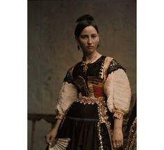 Etnico vintage: volti e abiti dal Novecento