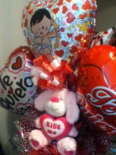 Este hermoso perrito rosado en medio de tres globos grandes y lazos, todo en este bello arreglo para el Día de la Amistad #ArteRegalos14F #Caracas Gingerbread Cookies, Decorations, Desserts, Ideas, Food, Pink Dog, Big Balloons, Caracas, Valentines