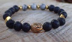 Dámský zlatý Buddha je náramek z černých lávových korálků, tibetskými kovovými mezidíly a třemi přírodními jaspisovými šedými korálky. Korálky jsou navléknuty na elastomeru, který se přizpůsobí každé ručce. http://www.shopfido.cz/produkt/buddha-naramek-zlaty-lavovymi-koralky/