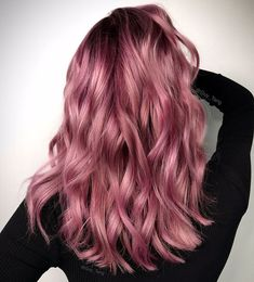 Rose gold hair color ideas for blonde, brown and red hair. Best tutorial and photos with rose gold hair color. Gold Hair Colors, Hair Color Pink, Hair Dye Colors, Ombre Color, Rose Pink Hair, Ombre Rose Gold Hair, Dark Pink Hair, Purple Hair, Dusty Rose Hair