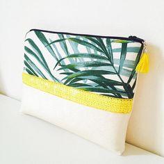 Pochette tropicale en simili cuir nacré sequins jaune tissu